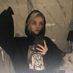 ᴘɪɴᴛᴇʀᴇsᴛ ❂ ᴄʜᴀʀᴍsᴘᴇᴀᴋғʀᴇᴀᴋ Grunge Style, Grunge Girl, Soft Grunge, Aesthetic Grunge, Aesthetic Photo, Aesthetic Girl, Tumblr Boys, Girl Pictures, Girl Photos