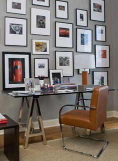 Рамки для фотографий на стену: коллажи для интерьера и 80+ избранных решений по композиции http://happymodern.ru/ramki-dlya-fotografij-na-stenu-kollazhi/ Геометрическая композиция из мотивирующих фото в графических рамках для домашнего офиса. Особенность в обрамлении фото – паспарту из плотного белого картона в сочетании с деревянной рамкой