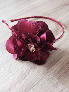 Tiara fina com flor de cetim e detalhe em coroa ,com delicado fio de strass.  Recomendado para idade 18 meses a 16 anos .