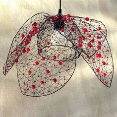 Vlčí mák. Drátované stínidlo.  Vlčí mák. Šperk pro tvůj domov. Stínidlo jsem vyrobila ze železného drátu a několika hrstí červených brouzšených a mačkaných perlí. Rozsvícené světlo vytváří večer fascinující stínohru na zdech. Je tvarováno z ruky, je nepravidelné. Jednotlivé okvětní plátky můžete aranžovat a regulovat tím míru otevření květu. ...