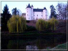 Ayant été transformé en mairie, le château du PETIT BROUTET, dans la commune de Le Pont Chrétien Chabenet dans l'Indre, a perdu de nombreux systèmes défensifs de son glorieux passé. Le charme du lieu, la petite rivière, les canards, les arbres font ressentir un plaisir, un calme et une douceur qu'il faut découvrir.