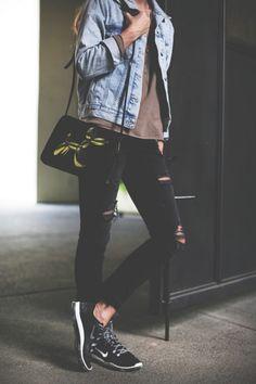Outfits con ripped jeans negros para ser la chica con más estilo de tu  colegio e32179baf2a