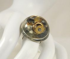 Bague steampunk, mécanismes d'horlogerie, copeaux, micro billes jaunes orangées : Bague par long-nathalie