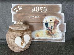 """Herinneringsbord """"Joey"""" van pallethout met foto, naam en datum. Het verwerken van een haarlok in epoxyhars, getoond op een houten hart maken het tot een mooie blijvende herinnering. Deco, Teddy Bear, Memories, Toys, Animals, Urn, Atelier, Seeds, Memoirs"""