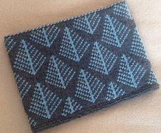 Foret halsvarmer med et motiv med grantræer i mønsterstrik. Det er enkelt at gå til. Strikket i 100 % babyuld på pinde 2½ og 3½. Læs mere ... Knitting Charts, Knitting Patterns Free, Stitch Patterns, Free Pattern, Knitted Cushions, Neck Warmer, Shawls And Wraps, Knitting Projects, Embroidery Stitches