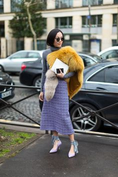 Every fashion week, the fashion lovers must always wait for street style photos of the fashionista who attended the series of fashion shows. From phot. Cool Street Fashion, Street Chic, Look Fashion, Fashion Outfits, Paris Street, Fashion Trends, Fashion Sets, Cheap Fashion, Fasion