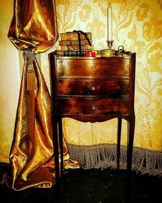 Mesa de cabeceira estilo Luis XVI em mogno com 3 gavetas.(Dim. 70x35x29 cm).