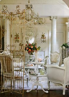 Beautiful room. lOvE the old looking gate room divider.