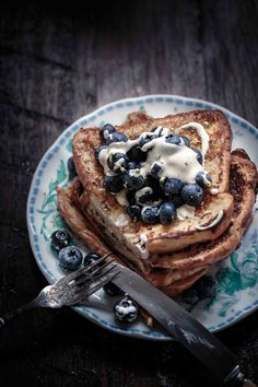 Frangelico French Toast with Blueberries and Vanilla Bean Creme Fraiche Anisa Sabet The Breakfast Photography, Dark Food Photography, Brunch Recipes, Breakfast Recipes, Brunch Food, Romantic Breakfast, In Vino Veritas, Desert Recipes, Food Menu