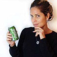 Quer saber a verdade sobre a Coca Verde??? Deixei esse post para sexta à noite propositalmente... Não se acabem no final de semana tomando esse refrigerante achando uma boa opção! Realmente esse refrigerante possui 50% menos de açúcares conforme diz no rótulo porém essa comparação é com a Coca normal que é açúcar puro ou seja mesmo com a redução de 50% a Coca Verde continua sendo um REFRIGERANTE com 10g de açúcar em 200ml ou seja numa lata de 350ml possui 175g de açúcar o que significa uma 1…