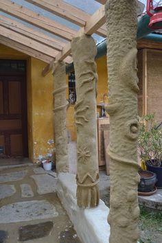 Columns made of cob (around wooden posts and reed-stucco) on earthbag-foundation-wall   Säulen aus Strohlehm (Cob) um Holzständer und Schilfstukkatur auf earthbag-Mauer/Fundament