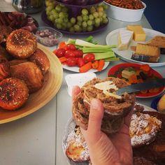 Geburtstagsfrühstück in der Luxusvariante von der Chefin - von uns dafür ein dickes Dankeschön und ganz herzlichen Glückwunsch @claudia_lehnen ! #happybirthday #happybreakfast #foodporn (sio) by ksta_magazin #haxenhaus #people #food