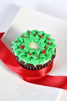 christmas wreath cupcakes - chocolate cupcakes with peppermint cream cheese frosting