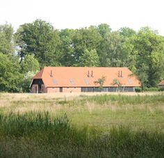 Dubbelinks Havezathe is onderdeel van landgoed Twickel in Delden. Vier lodges en een familielodge omgeven door kleine dieren zoals kippen en schapen.