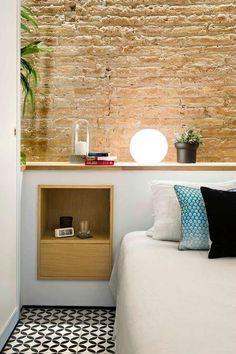 10 dormitorios para soñar despiertos. Dormitorio con pared de pladur a media altura y ladrillo de caravista. Suelo de baldosa hidraúalica.