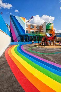 A very colorful school // Bardzo kolorowa szkoła