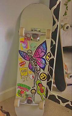Skateboard Deck Art, Skateboard Design, Vasco Wallpaper, Fille Indie, Estilo Indie, Bedroom Wall Collage, Indie Girl, Cool Skateboards, Aesthetic Indie