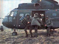 Tropas desembarcando de un helicóptero Puma