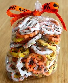 Candy corn themed chocolate pretzels for Halloween, we love chocolate covered n yogurt covered pretzels :) Bonbon Halloween, Postres Halloween, Halloween Goodies, Halloween Snacks, Halloween Pretzels, Halloween Fun, Halloween Baking, Halloween Chocolate, Halloween Favors