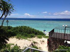 Sesoko Beach (瀬底ビーチ) Dieser traumhafte Strand befindet sich auf der West-Seite der Insel Sesoko (瀬底島) in der Nähe der Stadt Motobu im Norden-Westen Okinawas. Der Bade-Strand ist mit einem Netz abgesichert und daher sicher vor Quallen geschützt. Es geht relativ flach ins Wasser, somit ist er auch sehr gut für Kinder zum Baden geeignet. Besonders schön