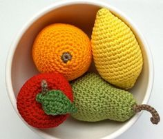 Te proponemos hacer unas originales frutas tejidas a crochet. Ideas para animar la decoración de la mesa o de estancias como la cocina.
