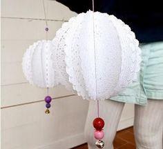 Decorar tus fiestas puede ser fácil y económico con ideas como estas. A partir de blondas puedes hacer guirnaldas.