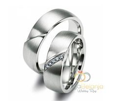 Inilah Cincin Kawin Samiyah terbuat dari bahan Palladium untuk cincin pasangan pria sedangkan untuk cincin pasangan wanita terbuat dari bahan Emas putih. Dibuat oleh pengerajin profesinal Kotagede yang difinishing doff amplas. Memiliki desain cincin yang elegan dengan tambahan 5 buah batu zircone putih yang ditata sejajar rapi untuk cincin pasangan wanita, untuk cincin pria sendiri...