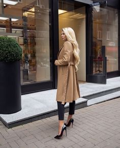 The fashion world is part of Luxxus lifestyle and is reflected in our lives … - lawyer fashion Mode Outfits, Fall Outfits, Fashion Outfits, Party Outfits, Fashion Boots, Look Fashion, Luxury Fashion, Net Fashion, Girl Fashion