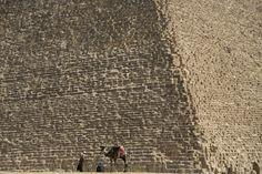 Fotogalería: 6 de marzo. Guías turísticos esperan junto a su camello la llegada de turistas en las pirámides de Giza (Egipto). | Hassan Ammar (AP).