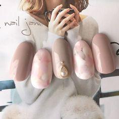 ネイル(No.1965503)|オフィス |パーティー |グレー |春 |グレージュ |マーブル |バレンタイン |ジェルネイル |ホワイト |ワンカラー |ハンド |ミディアム |チップ | かわいいネイルのデザインを探すならネイルブック!流行のデザインが丸わかり!