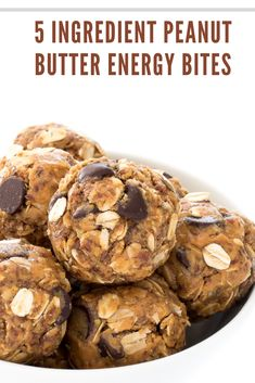 5 Ingredient Peanut Butter Energy Bites  These energy bites are not any bake, super easy to form and take but 10 minutes to place together. Loaded with protein, fiber and healthy fats to stay you full and loaded with energy throughout the day. Made with only 5 ingredients: spread , quaint oats, flax seed, honey and chocolate chips. Everything gets combined in one bowl. better of all you never need to activate the oven.  #Ingredient #Peanut #Butter #Energy #Bites Oatmeal Energy Bites, Peanut Butter Energy Bites, Peanut Butter Oatmeal, Easy Delicious Recipes, Easy Cookie Recipes, Simple Recipes, Greek Yogurt Pancakes, Yogurt Breakfast, Honey Chocolate