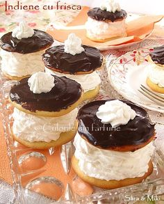 Indiene cu frisca - Indians ( a small round cake made of two layers of pastry, filled with whipped cream and topped with chocolate. Romanian Desserts, Romanian Food, Round Cakes, Desert Recipes, How To Make Cake, Whipped Cream, Parfait, Cheesecake, Goodies
