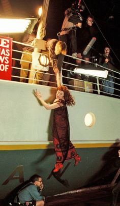 A gallery of Titanic publicity stills and other photos. Featuring Kate Winslet, Leonardo DiCaprio, James Cameron, Billy Zane and others. Rms Titanic, Film Titanic, Titanic Photos, Titanic History, Titanic Movie Scenes, Titanic Movie Facts, Titanic Ship, Jack Dawson, Kate Winslet