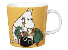 """Arabia's mug """"Moominmamma apricot"""" (Muumimamma aprikoosi) with elegant shape and kind motif from the Moomin world. Charming pottery from Finland. Secure payments and worldwide shipping within 24 hours. Moomin Shop, Moomin Mugs, Feng Shui, Magic Bag, Moomin Valley, Tove Jansson, 6 Pack, Ceramic Tableware, Ceramic Mugs"""
