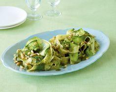 Raffiniert! Zucchinistreifen und Bandnudeln machen eine verdammt gute Pasta-Figur: Zucchininudeln mit Spinatsauce