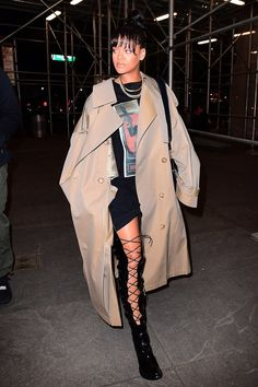 Rihanna in an oversize trenchcoat, vintage tee, and lace-up boots in new york city - vogue Street Style Rihanna, Mode Rihanna, Rihanna Fenty, Rihanna Daily, Look Fashion, Autumn Fashion, Womens Fashion, Fashion Outfits, Looks Rihanna