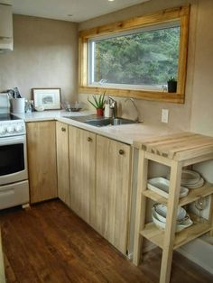 Great tips on non-toxic sealers for finishing wood My Chemical-Free House: Paints & Sealers (VOC-Free) Tiny House Swoon, Tiny House Living, Tiny House On Wheels, Tiny House Design, Small Living, Home And Living, Slow Living, Tiny House Movement, Herd
