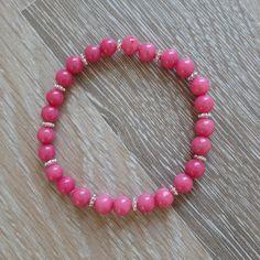 Armband van 6mm violet roze jade met metalen sierkralen. Van JuudsBoetiek, €6,00. Te bestellen op www.juudsboetiek.nl.