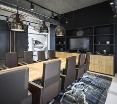 Een industrieel en stoer kantoorinterieur met verwijzingen naar de wereld van de scheepvaart. #SMTShipping #DZAP #office #interior #design #styling #industrial #kantoor #interieur #ontwerp #cyprus #architecture #meetingroom #carpet