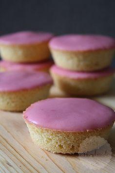 Roze koeken – Handmade Helen What do you need: – 100 grams of soft butter – 100 grams of sugar – 2 eggs – 100 grams of flour – 200 grams of powdered sugar – 8 to 10 raspberries Baking Recipes, Cookie Recipes, Snack Recipes, Dessert Recipes, Snacks, Oreo Cupcakes, Cupcake Cakes, No Bake Cookies, Cake Cookies