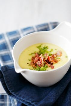Pekoninen peruna-kukkakaalikeitto // Potato & Cauliflower Soup with Bacon Food & Style Elina Jyväs Photo Joonas Vuorinen Maku 1/2014, www.maku.fi