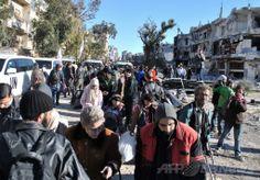 シリアのホムス(Homs)で国連(UN)が行った避難措置を受けて集合場所に集まった民間人たち(2014年2月12日撮影)。(c)AFP/BASSEL TAWIL ▼14Feb2014AFP|シリアで25万人がまだ包囲下に、ホムス避難で国連が警鐘 http://www.afpbb.com/articles/-/3008478 #Homs_Syria