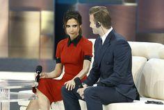 Miradas. La ex futbolista británico David Beckham y su esposa Victoria, que integró el grupo de rock Spice Girls, durante la participación en un programa emitido por la cadena china CCTV, en Beijing, el domingo 23 de junio de 2013. (Reuters)