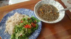Lentejas con ensalada cruda y arroz
