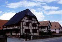 Le village de Gommersdorf possède de magnifiques maisons à pan de bois traditionnelles du Sundgau. (La maison alsacienne)