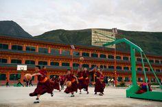 Kosárlabdázó fiatal szerzetesek, Kína, Kanszu tartomány (időkompozíció) Young basketball player monks, China, Gansu province (time composition) Photo: Somogyi Márk - http://www.somogyimark.hu #china #monk #buddhism #monastery #tibet #basketball #play