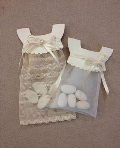 Dulces primera comunión. Paquete con forma de vestido primera comunión para guardar peladillas. Regalo original para los invitados