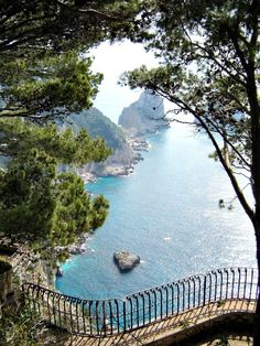 Dreaming of a long weekend in Capri and the Amalfi Coast conjures up images of a warm Italian sun, steep cliffs, and the blue waters of the Mediterranean. (via thetravellingmom.ca)