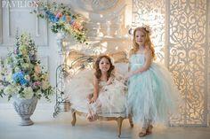 Белая фотостудия с цветами, камином и решеткой