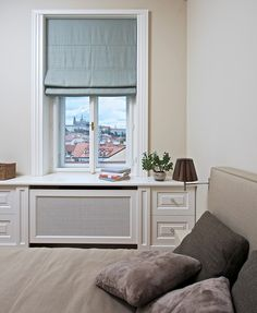 Repasovaná špaletová okna s dřevěným ostěním a s kryty na topení evokují dobu vzniku domu a s minimalisticky řešeným interiérem tvoří příjemný kontrast.
